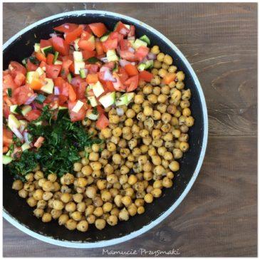 Sałatka z ciecierzycy i świeżych warzyw