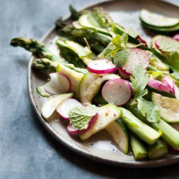Szparagi w maśle z chrupiącymi warzywami i ziołami