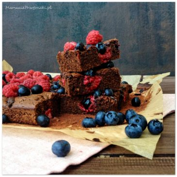 Brownie z malinami i borówkami