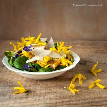 Sałatka z kwiatami forsycji